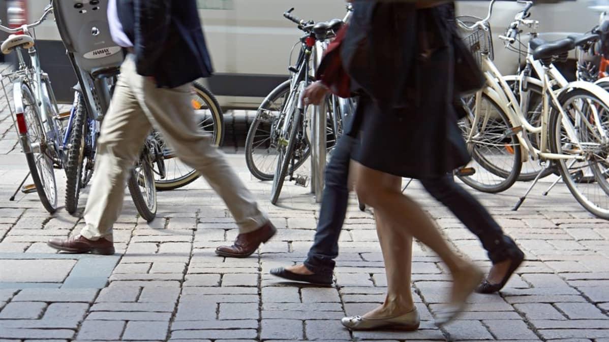 Käveleviä ihmisiä.
