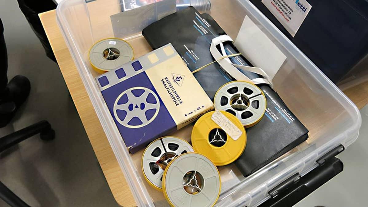 Laatikossa vanhoja kaitafilmeja ja kasetteja.