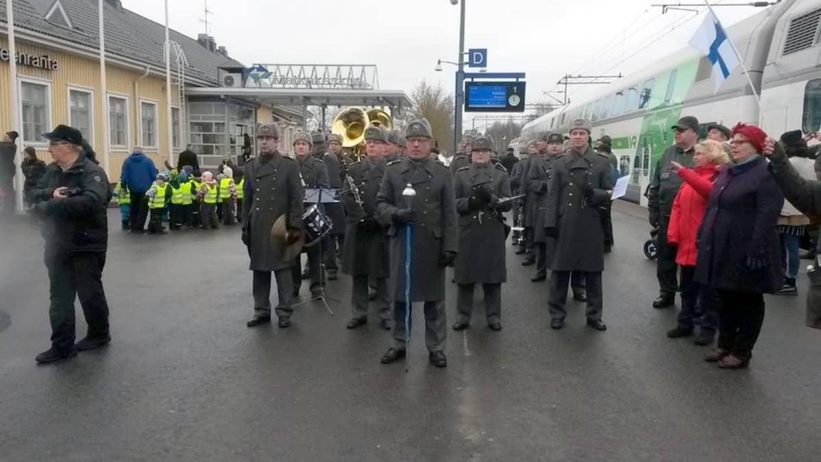 Rakuunasoittokunta Lappeenrannan rautatieasemalla.