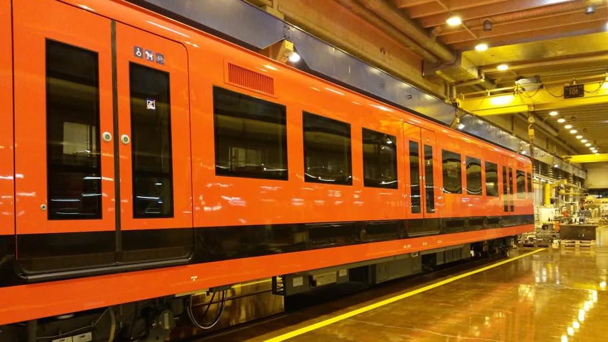 Uutta metrojunaa esiteltiin HKL:n varikolla.