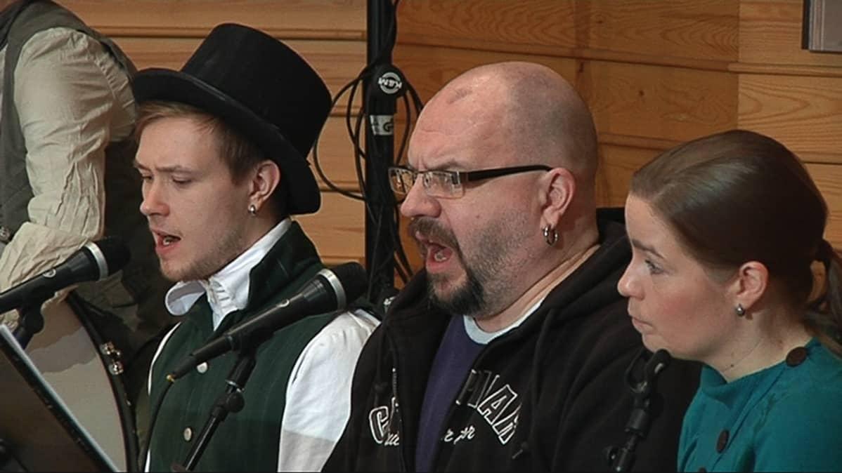 Timo Rautiainen (kesk.) harjoituksissa.