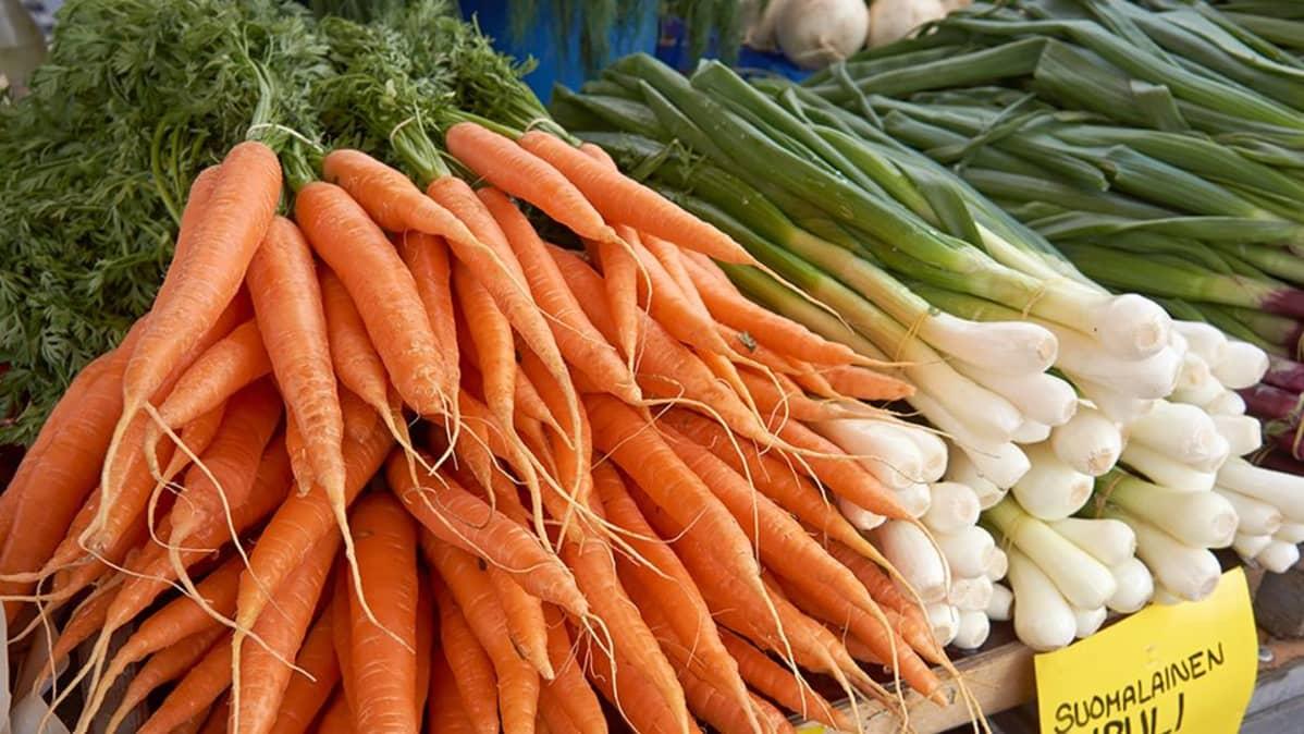 Porkkanoita torikojulla.