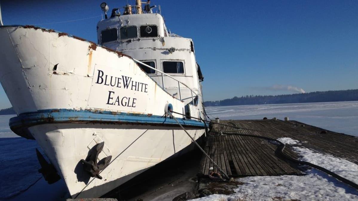Rauhan rantaan hylättyä Blue White Eagle -alusta tyhjennetään vedestä.