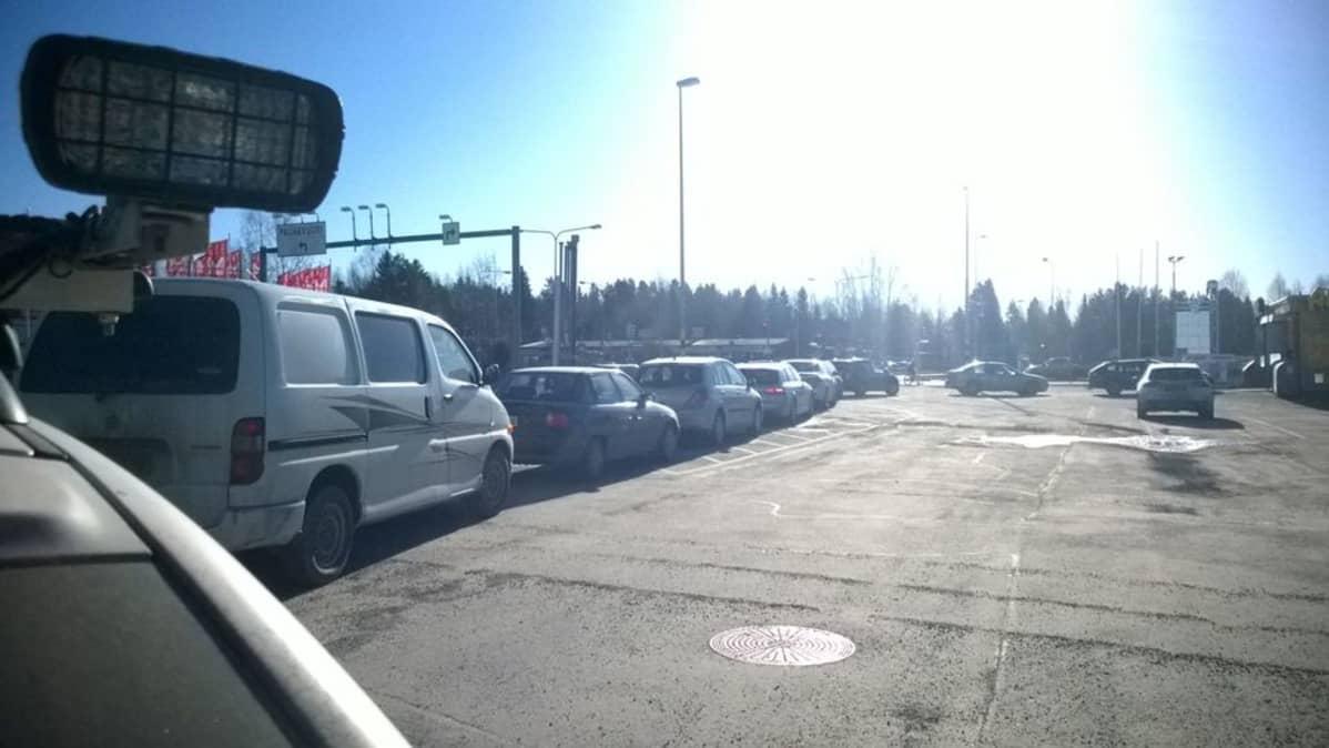 Aurinkoisena kevätpäivänä jonotetaan porukalla autopesulaan Seinäjoella.