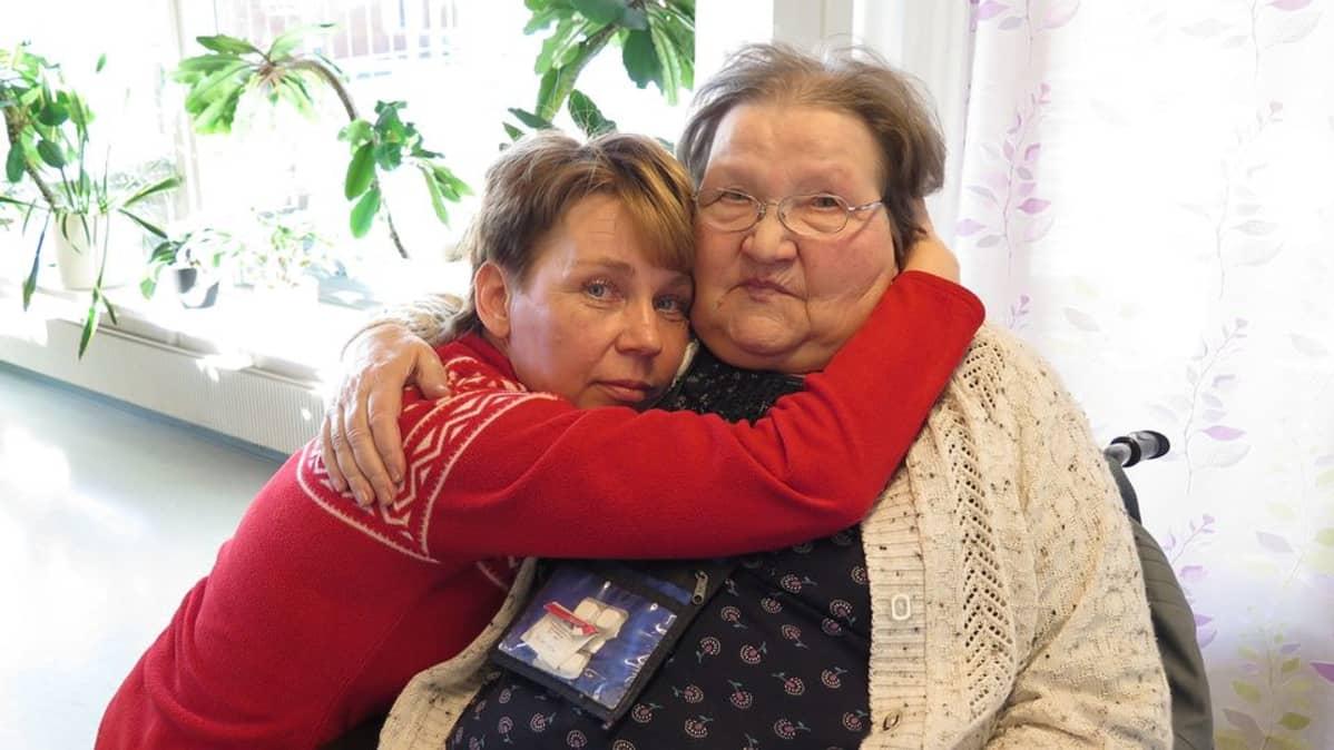Esimies Auli Kanerva halaa Mirja Erärantaa.