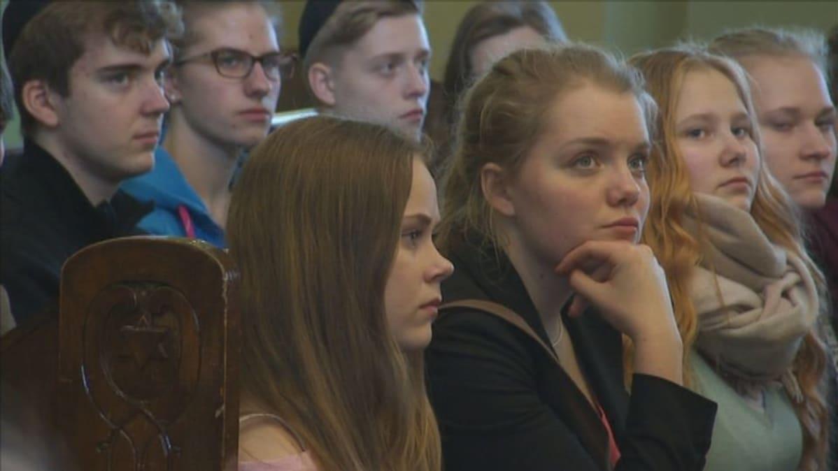 Tampereen lyseon lukion oppilaat kävivät tutustumismatkalla Helsingin juutalaisessa seurakunnassa.