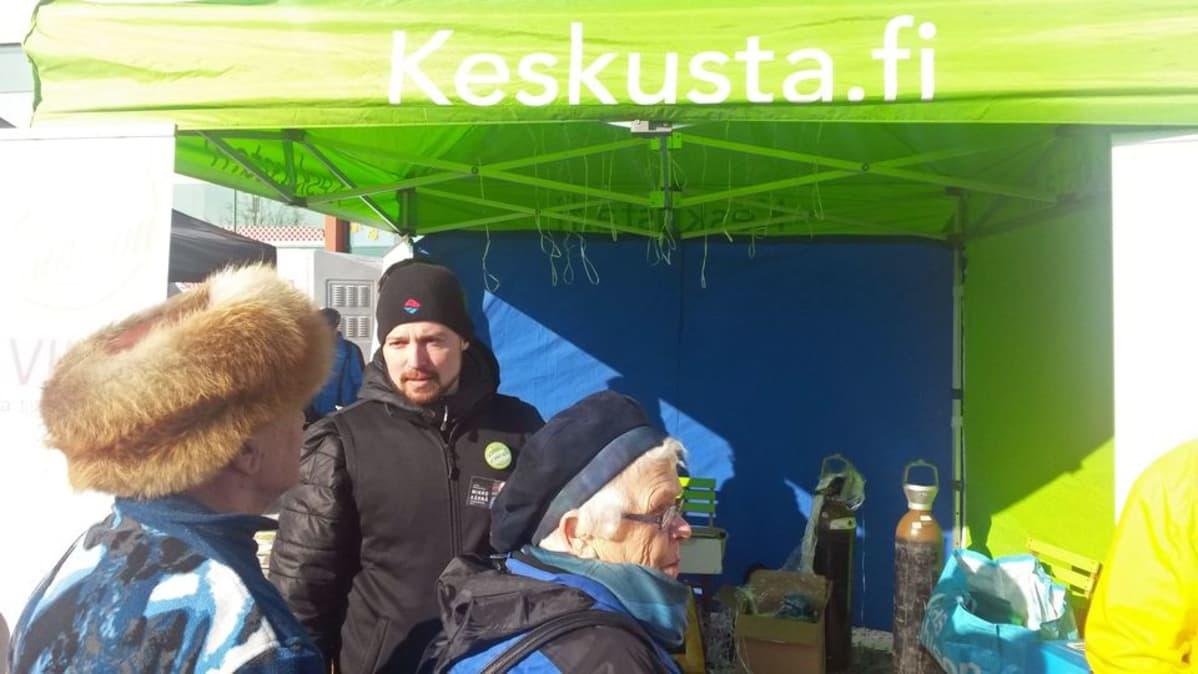 Keskustan kansanedustajaehdokas, Enontekiön kunnanjohtaja Mikko Kärnä kampanjoi keskustan teltalla Rovaniemen markkinoilla 17. maaliskuuta.