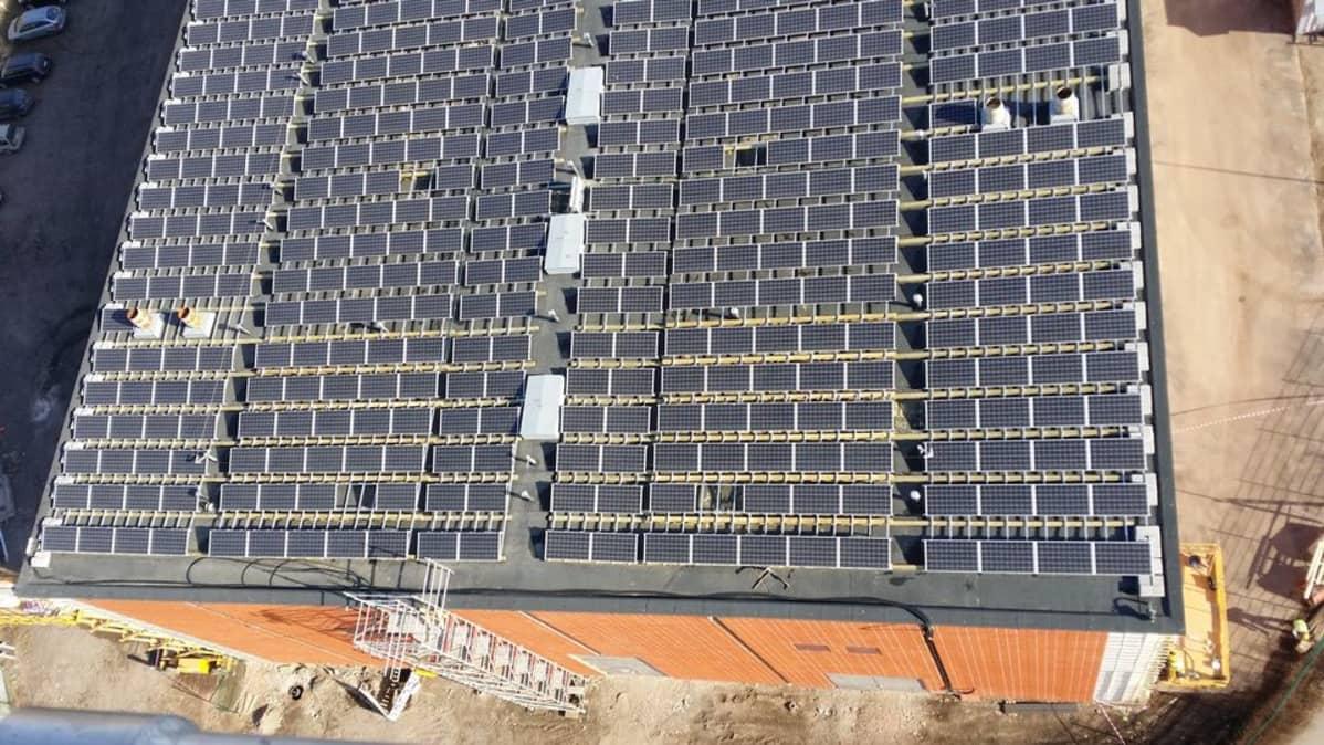 Suvilahden aurinkovoimalan katolla on 1200 aurinkopaneelia, joita kuluttajat voivat vuokata.
