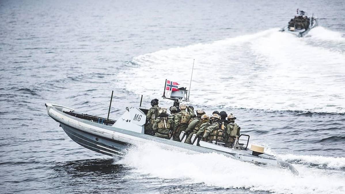 Sotilaita kuljetetaan Norjan armeijan moottorialuksissa