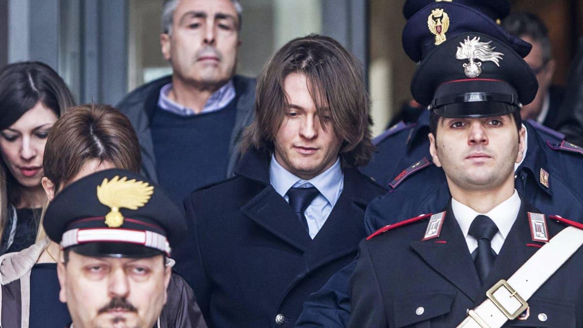 Raffaele Sollecito poistumassa korkeimman oikeuden istunnosta.