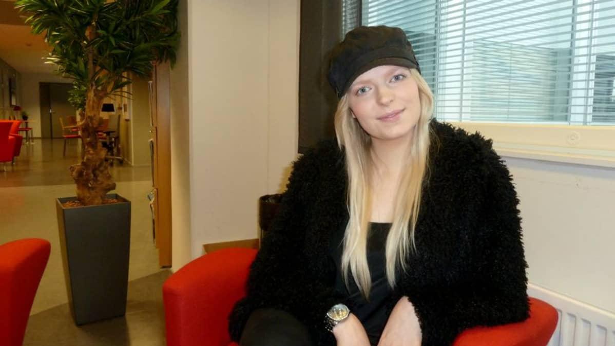 Mitra Kaislaranta istuu Yle Oulun toimituksessa.