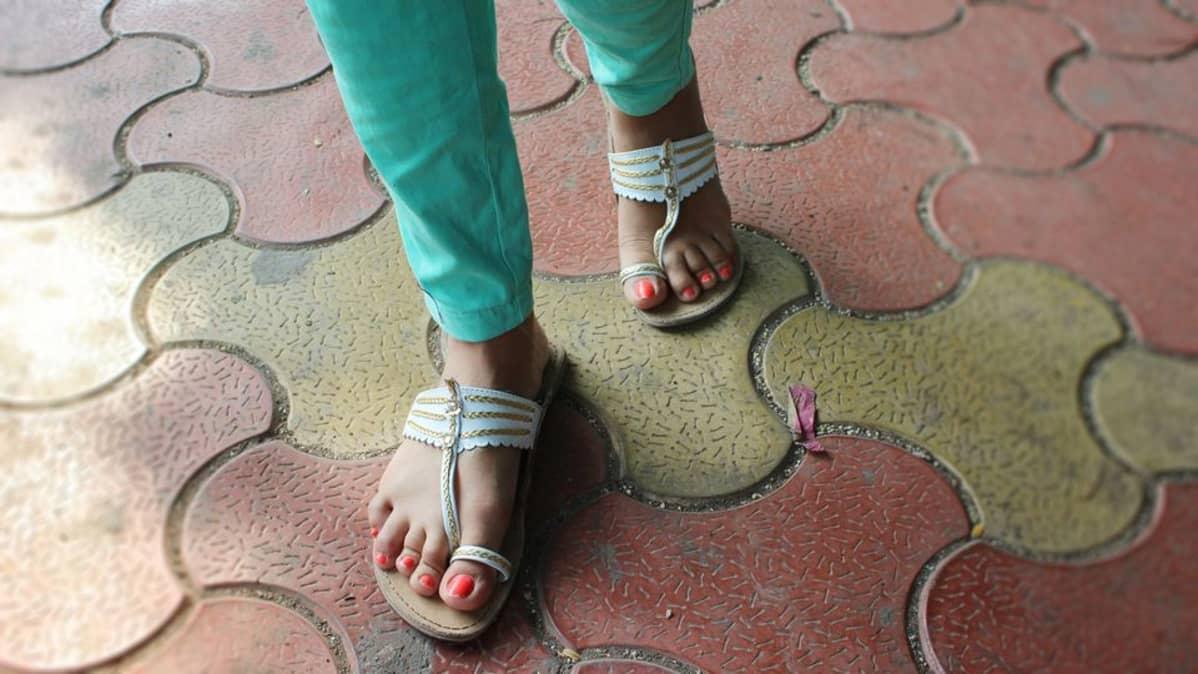 Mumbailaiset käyttävät usein erilaisia sandaaleita, varvastossuja ja muita avoimia kenkiä.
