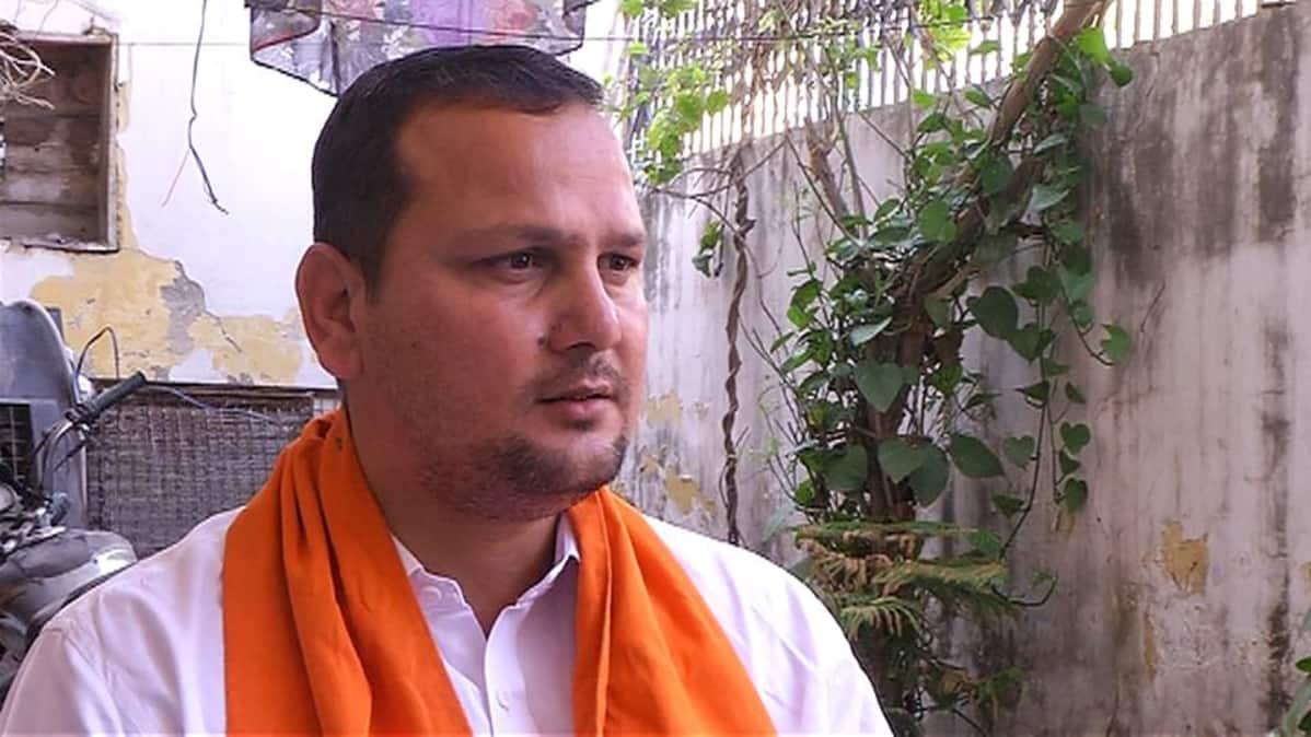 Ajju Chauhan käyttää järjestönsä symbolia, oranssia huivia.
