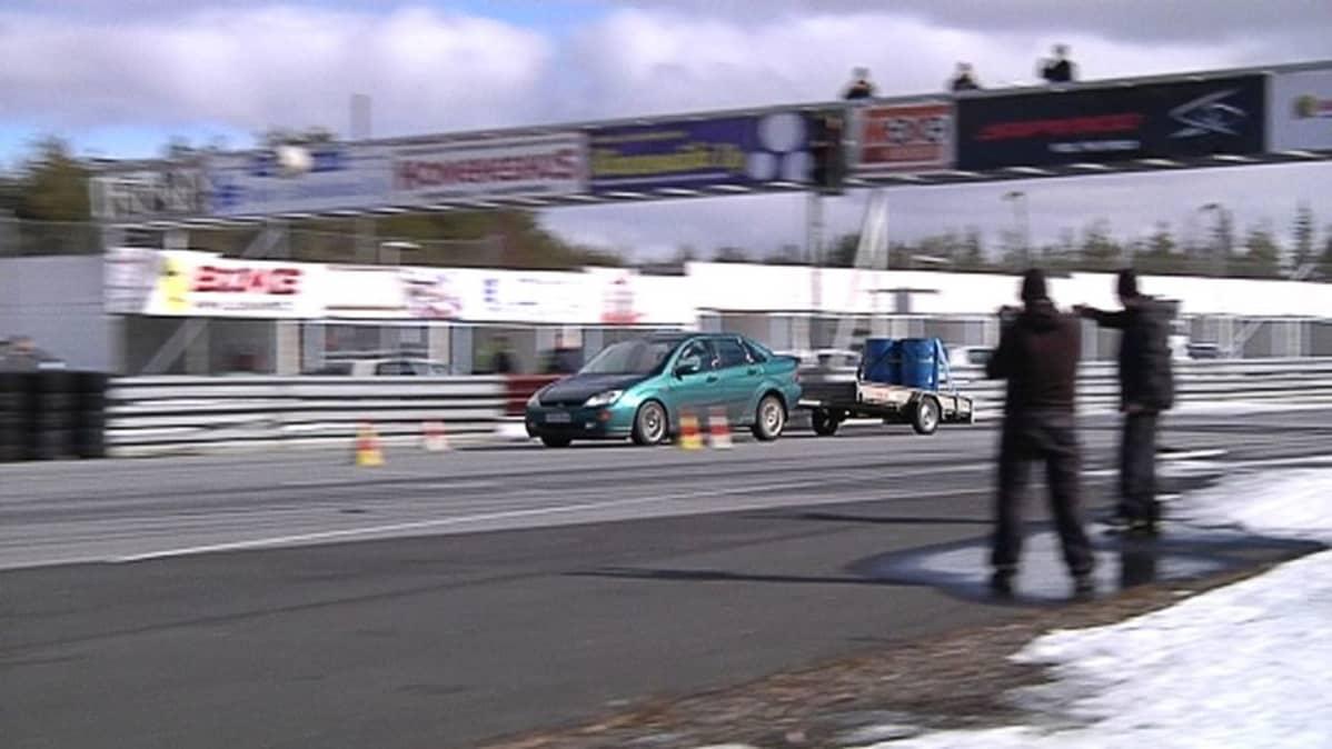 Kuvassa auto Kemoran moottoriradalla.