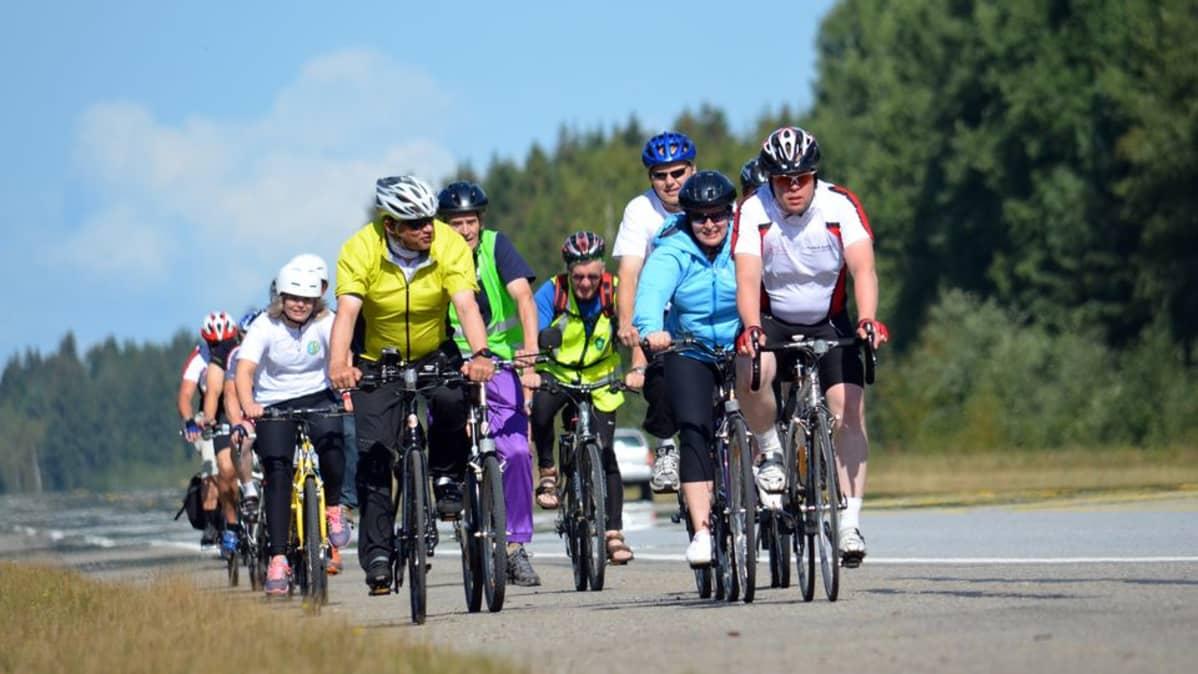 Keskustaväkeä pyöräilemässä Pieksämäen ja Mikkelin välillä elokuussa 2013.