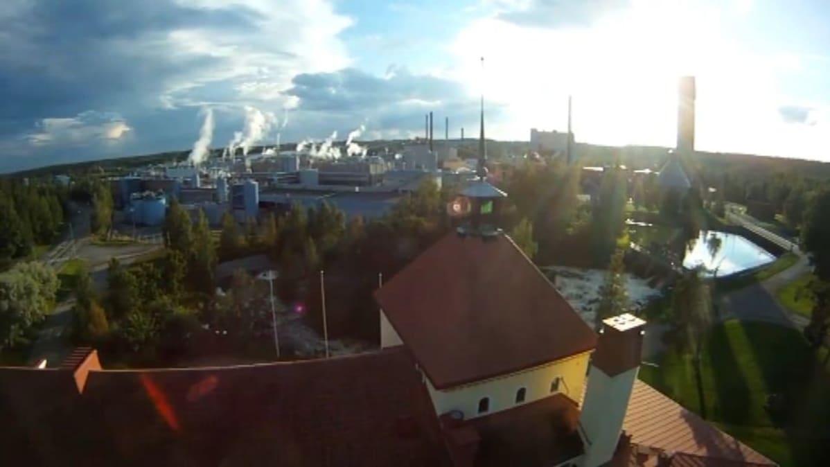 Ilveslinna ja UPM:n tehdas ilmakuvassa.