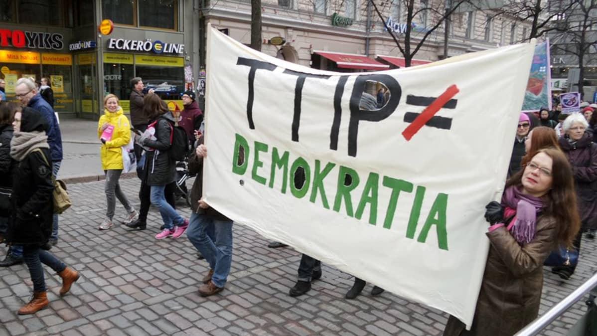 TTIP-sopimuksen vastainen mielenosoitus Helsingissä.