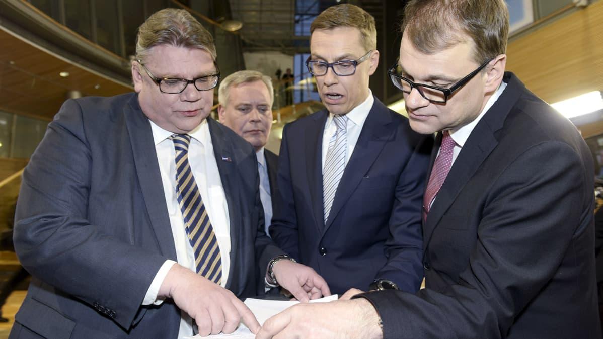 Timo Soini, Antti Rinne, Alexander Stubb ja Juha Sipilä eduskuntavaalien tulosillassa Pikkuparlamentissa Helsingissä.