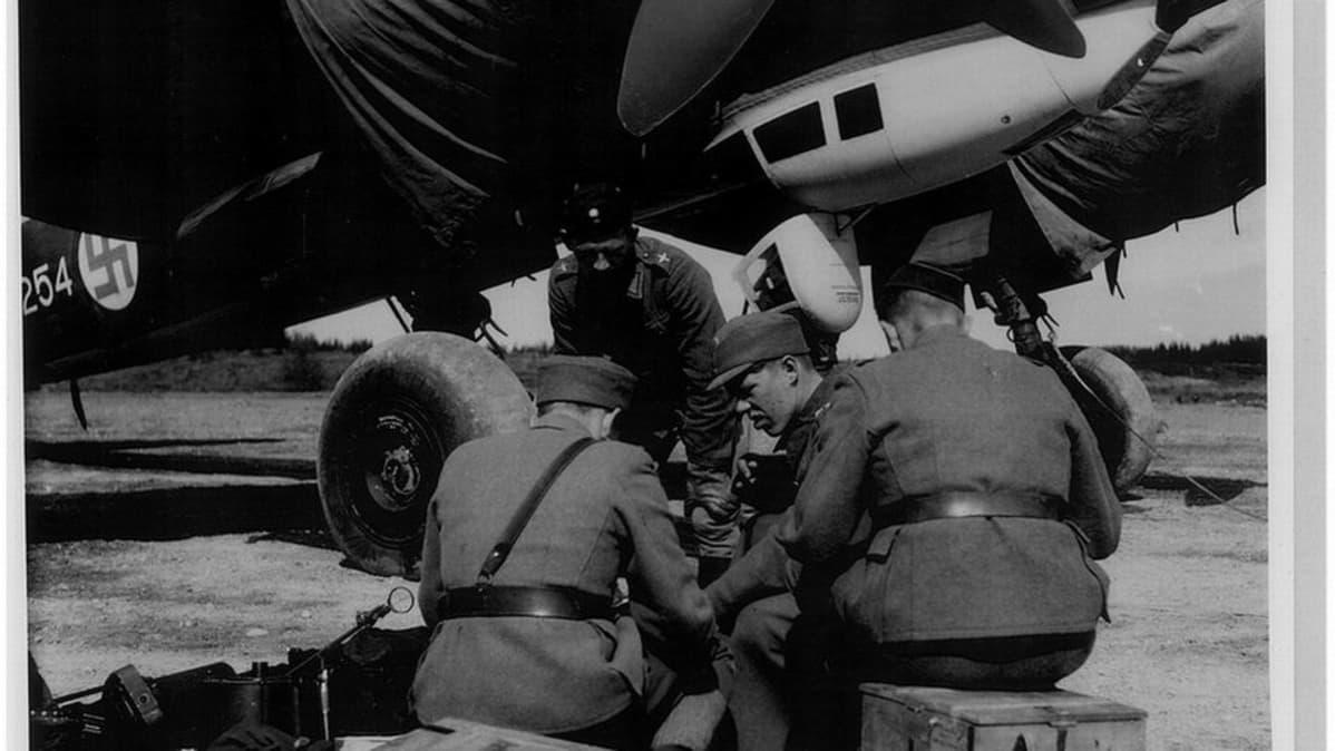 """Asemiehet valmistelevat """"Rauvanlahden Junkersia"""" sotalennolle Onttolassa."""