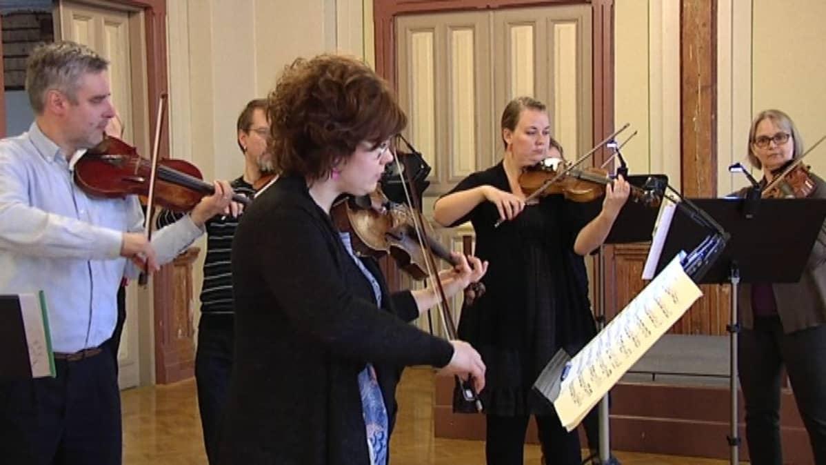 Hämeenlinnan kaupunginorkesteri valmistautumassa kevätkonserttiin 2015
