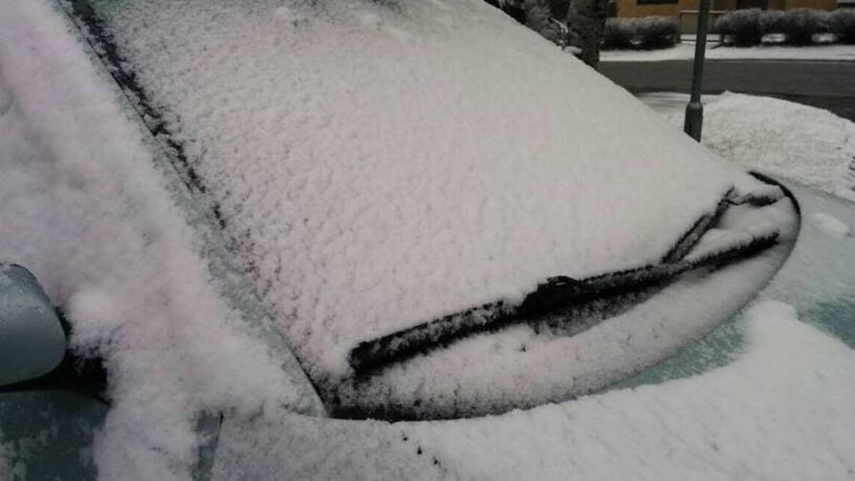 Luminen auton etuikkuna
