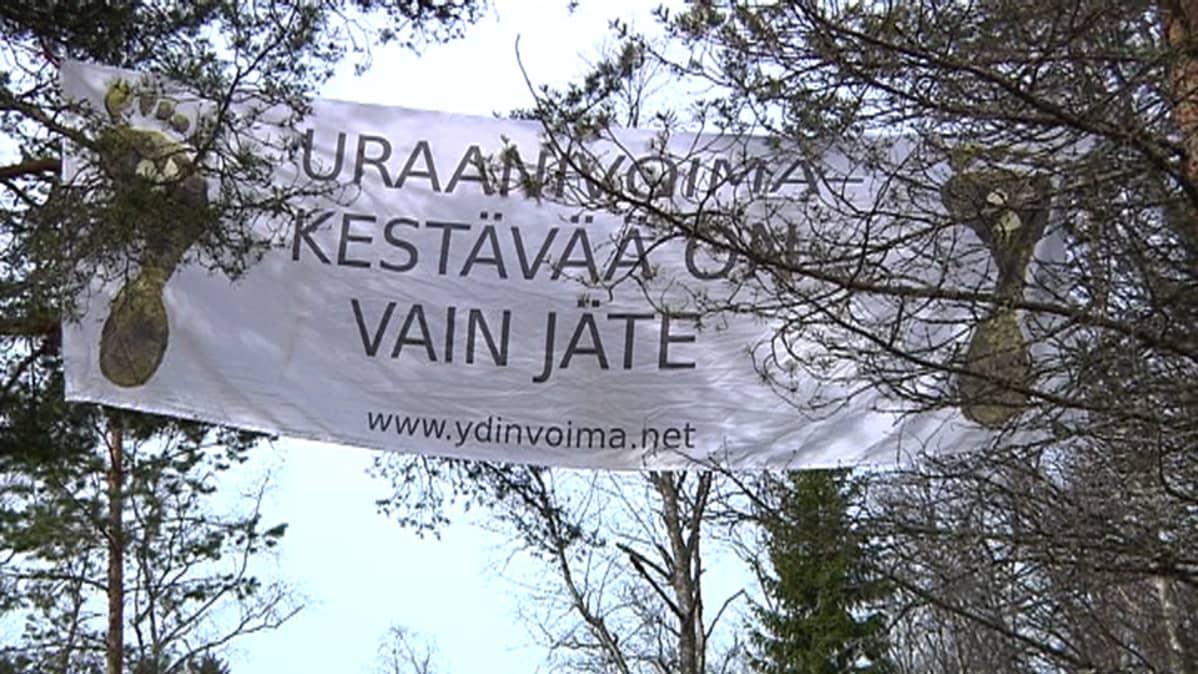 Aktivistien asettama lakana Pyhäjoen Hanhikiven ydinvoimalan hakkuualueella.