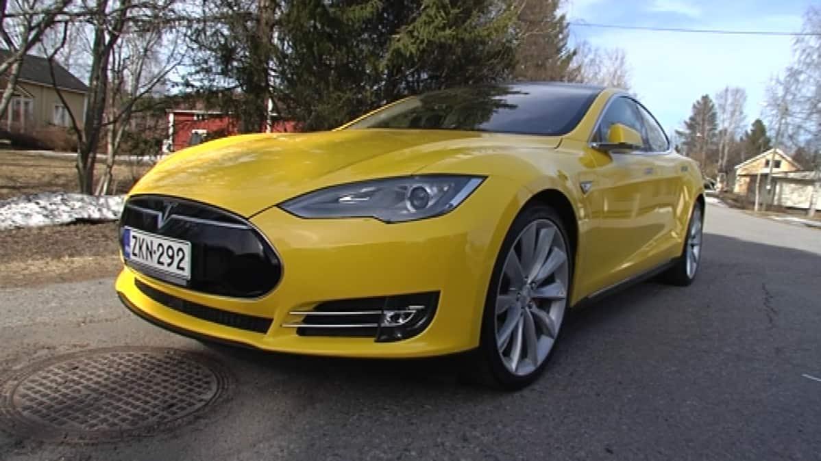 Toni Kestin amerikkalaisvalmisteinen sähköauto Tesla.