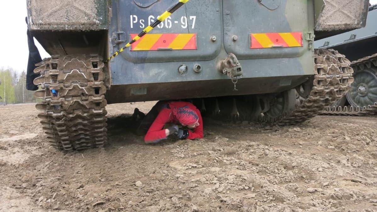 Mies ryömii panssarivaunun alta