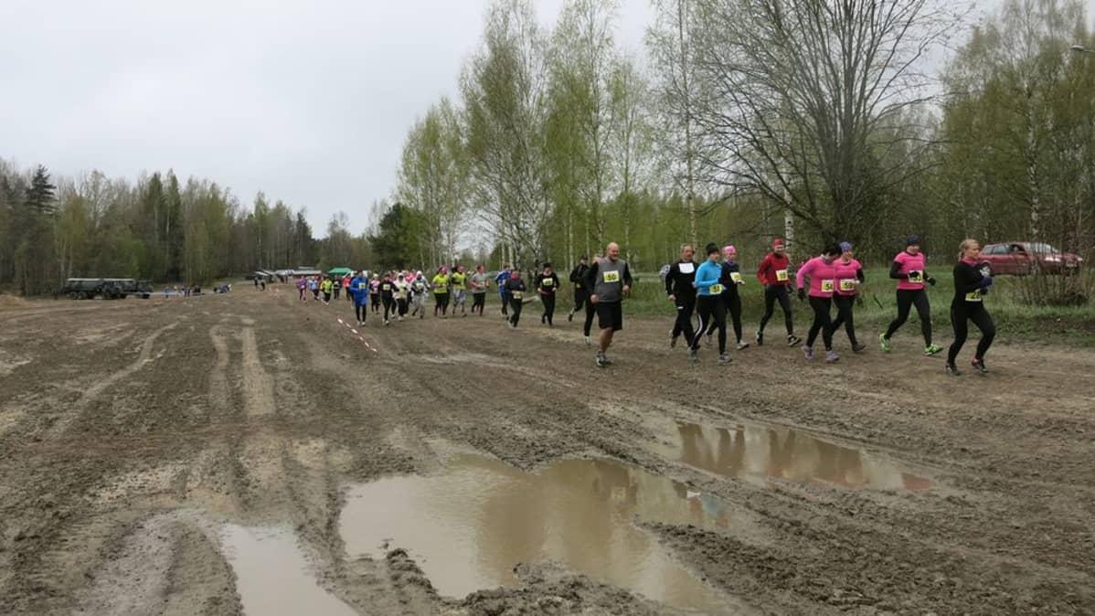 Juoksijat ovat startanneet Military runiin