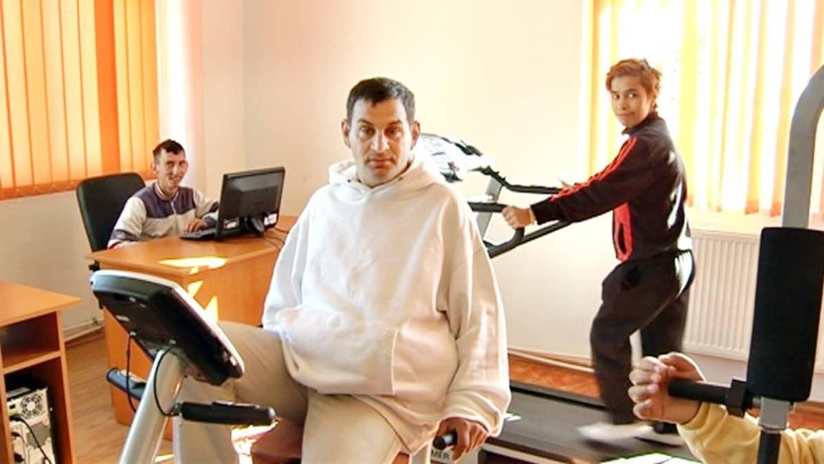 Romaniassa Tantavan kehitysvammalaitoksen yhteistilassa pääsee tietokoneelle ja kohottamaan kuntoaan.