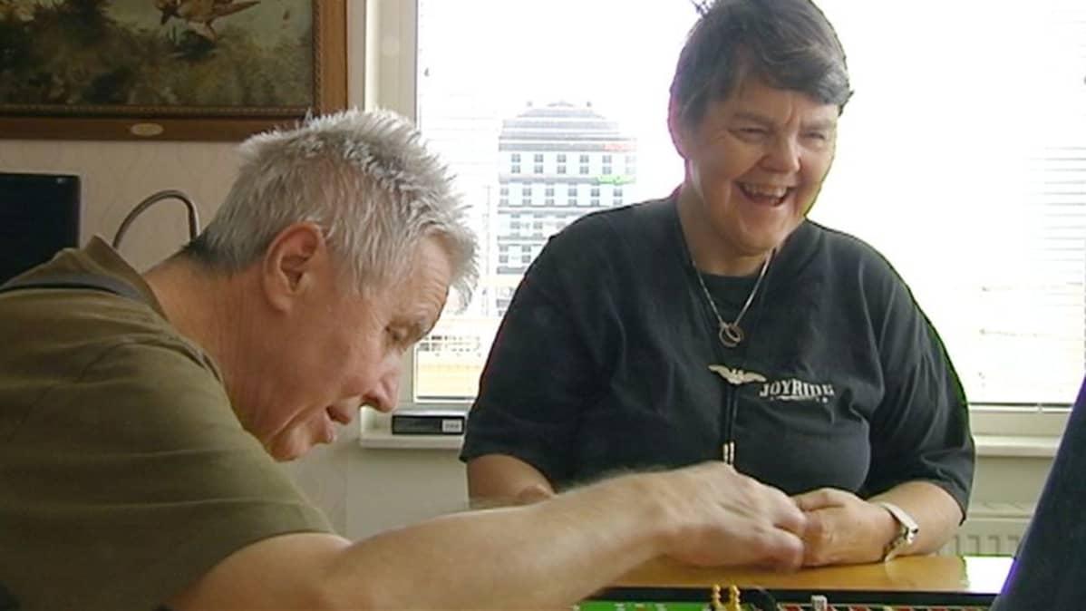 Jan Erik ja Kajsa Ekroth asuvat Tukholman Södermalmilla  erillisessä huoneistossa osana kahdeksan palveluasunnon yhteisöä Tukholman Söderlmalmilla.