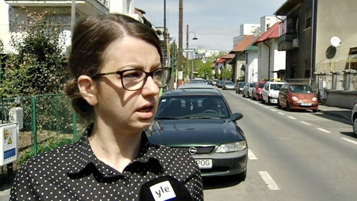 Elena Tudose soimaa Romaniaa kymmenien miljoonien eurojen käyttämisestä suurlaitosten remointoimiseen, vaikka Romaniakin on sitoutunut EU:n tavoitteeseen siirtyä suurlaitosasumisesta pienempiin yksiköihin.