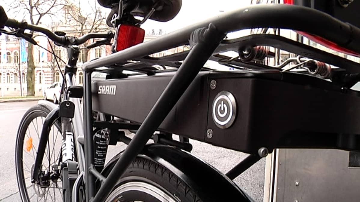 Sähköpyörän ladattava akku sijoitetaan yleensä tavaratelineen alle.