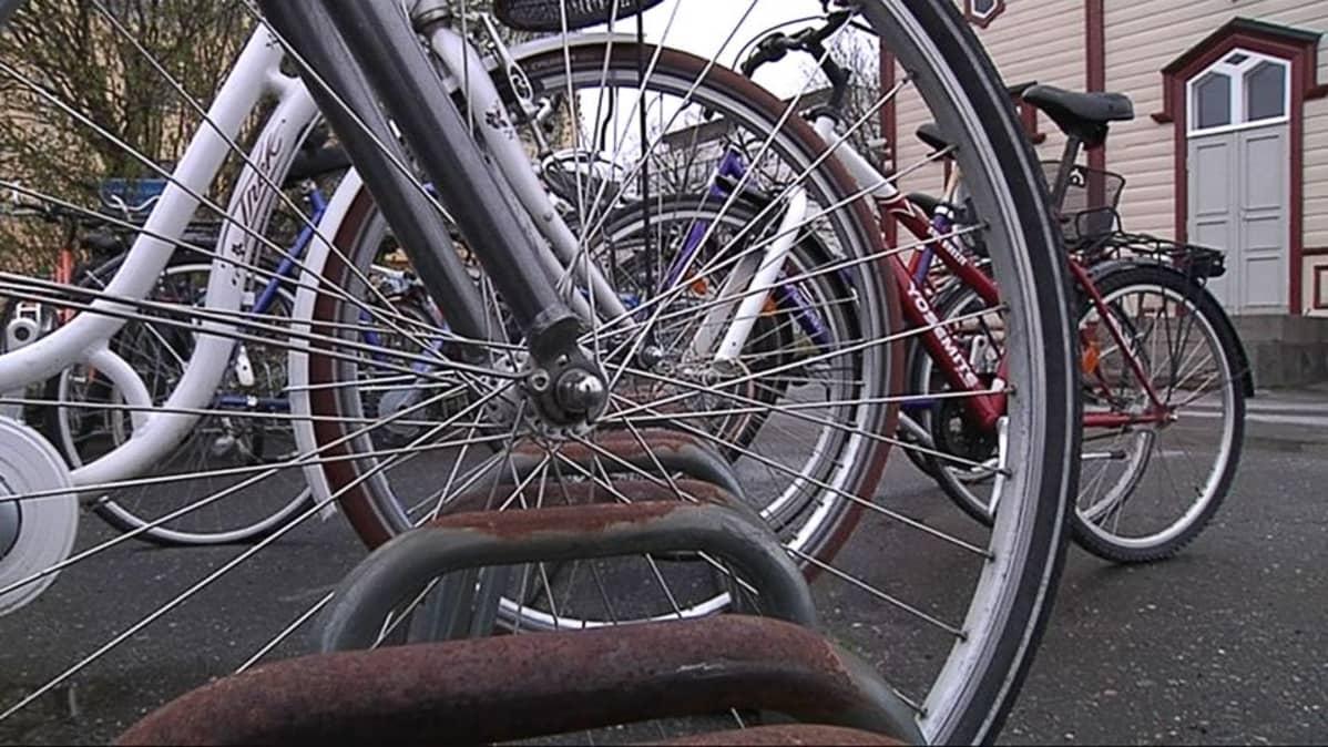 Polkupyöriä parkissa Kokkolan rautatieasemalla.