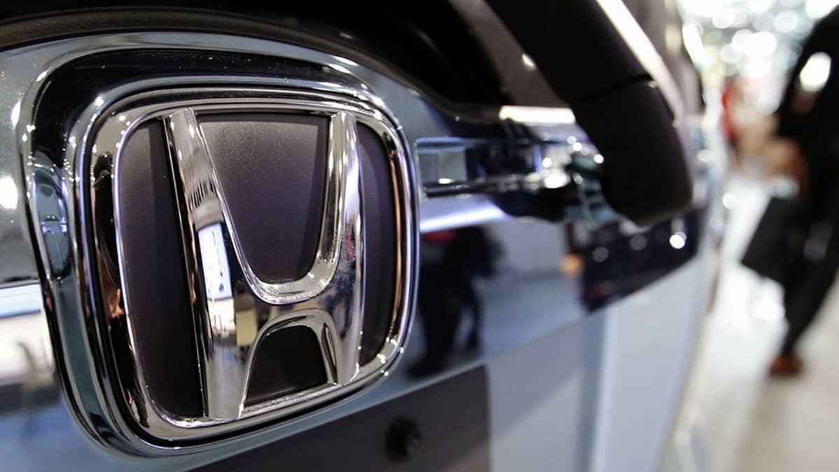 Hondan autokauppa Tokiossa.