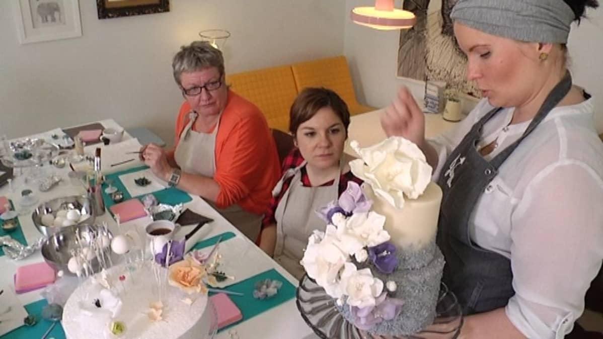 Jonna Silén esittelee kondiittori Ella Suomisen lopputyötä.