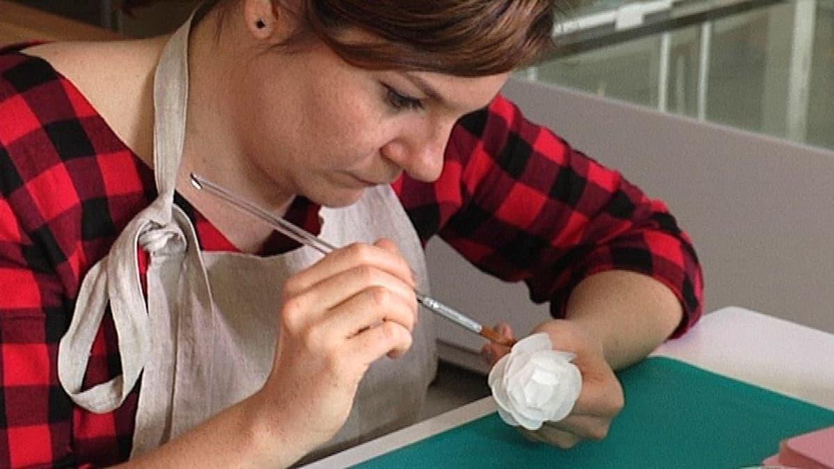 Ioanna Mauromichalis harjoittelee paperikukan tekoa.