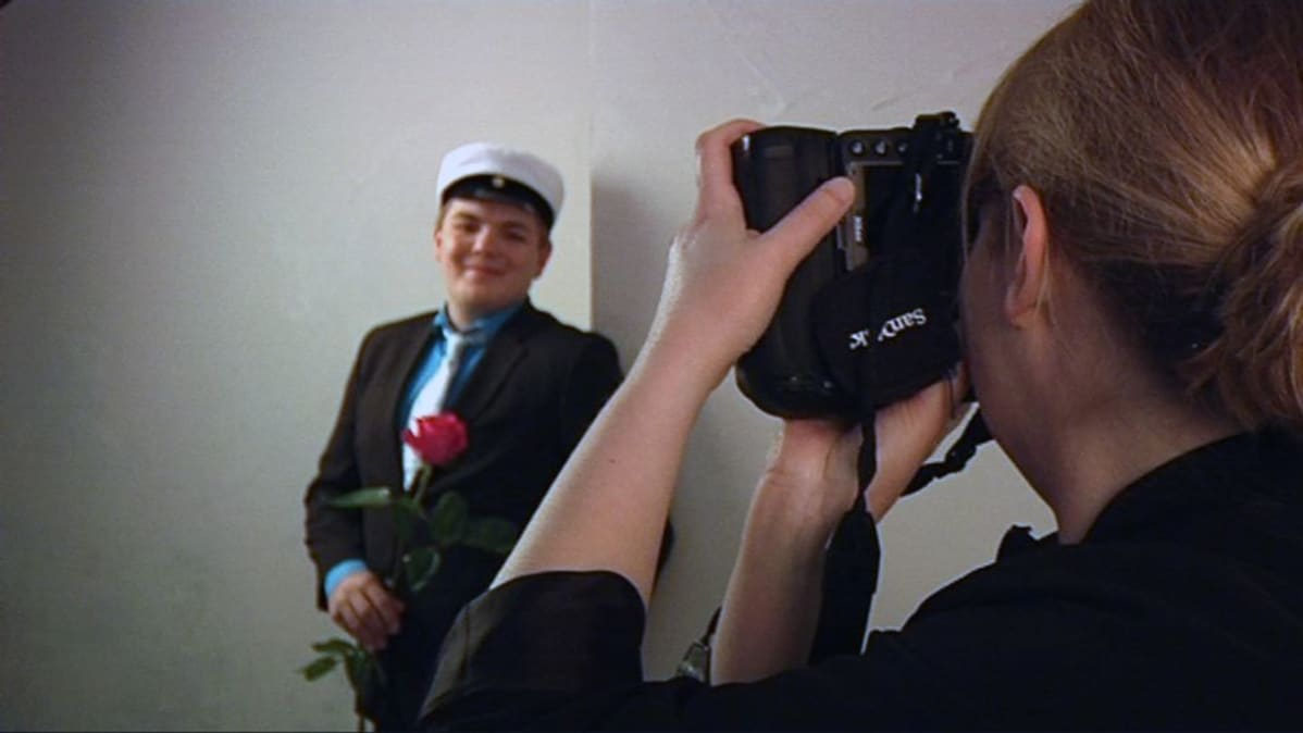 Valokuvaaja Anu Sundell ottaa ylioppilaskuvaa Jussi Nisulasta.