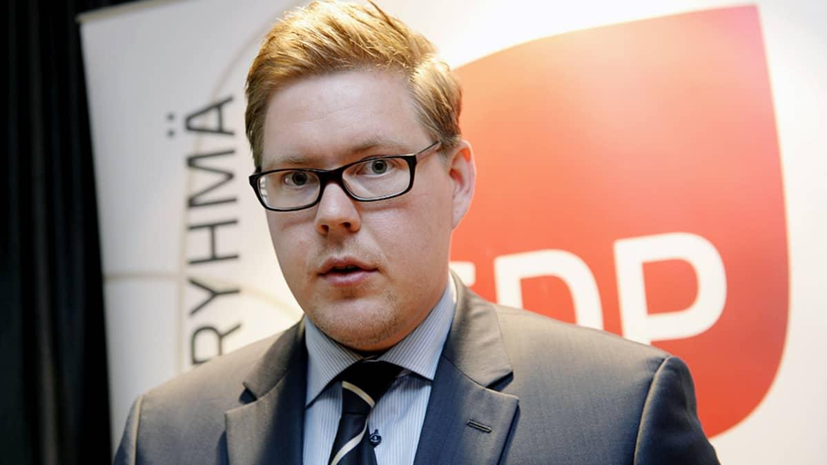 SDP:n eduskuntaryhmän puheenjohtaja Antti Lindtman puhuu tiedotustilaisuudessa eduskunnassa Helsingissä.