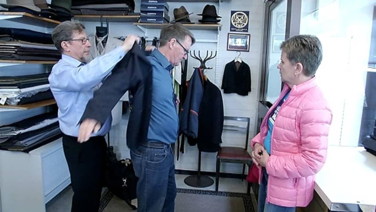 Samankaltaisia yrityksiä TOL-luokasta Muu takkien, pukujen, housujen, hameiden yms. valmistus