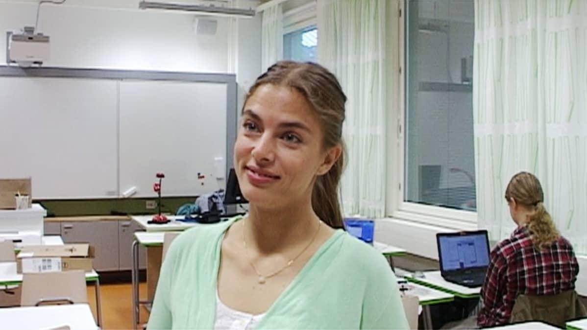 Nuori nainen haastattelussa