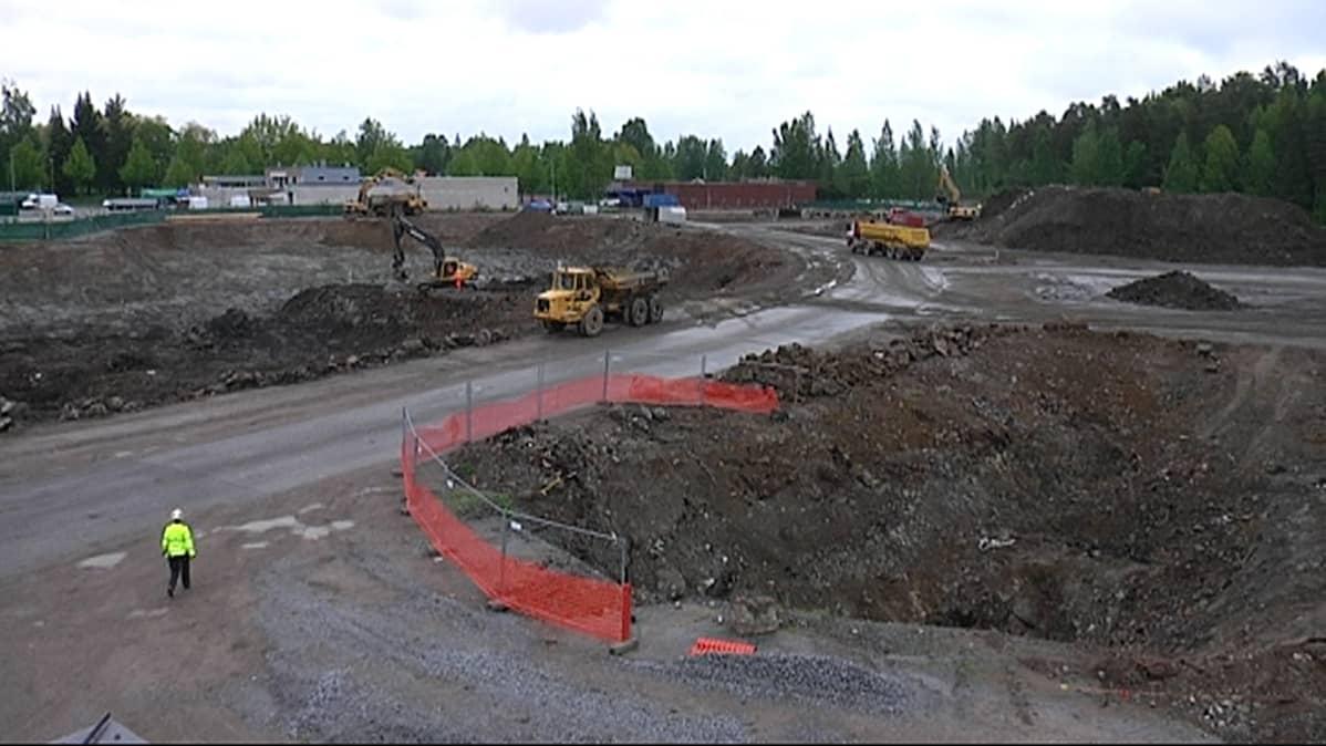 Kaivurit ja dumpperit työn touhussa Nokian vanhan Häpesuon kaatopaikan puhdistuksessa