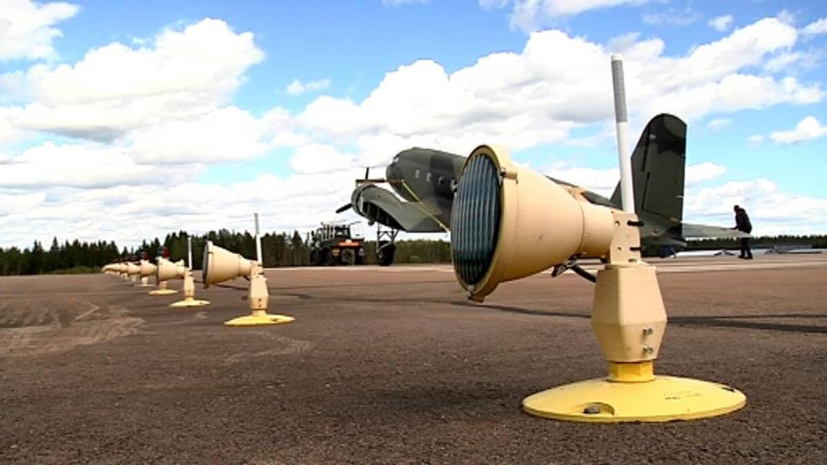Hanssin-Jukka siirtyi hangaarista Tikkakosken lentokentän poikki kuljetusta varten.