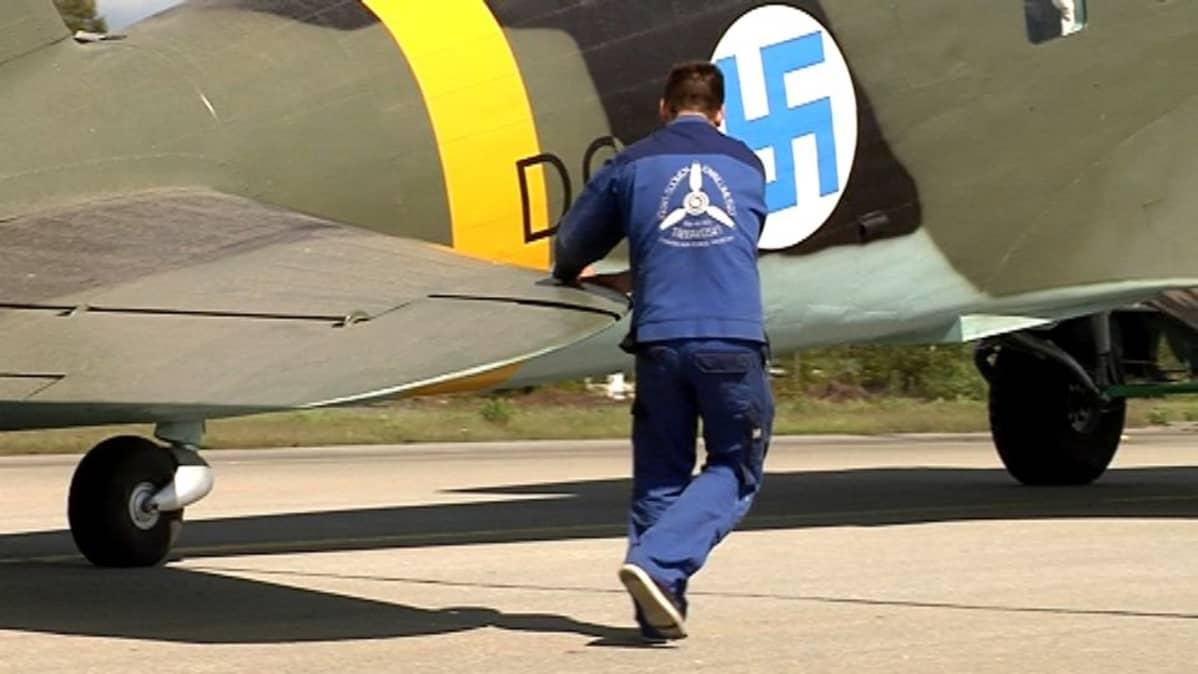 Hanssin-Jukkaa siirrettiin osittain käsivoimin ohjaillen Tikkakosken lentokentällä kesäkuussa 2015.