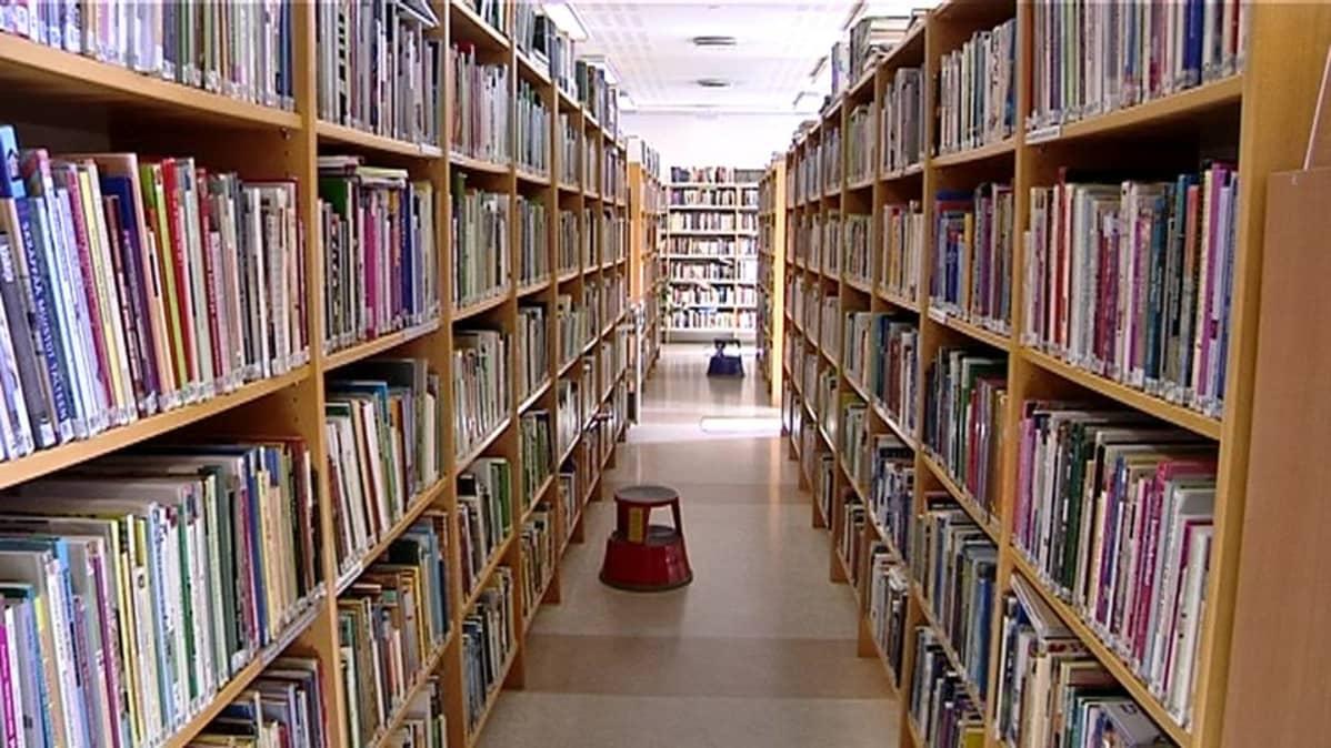Kirjahyllyjä kirjaston käytävällä.