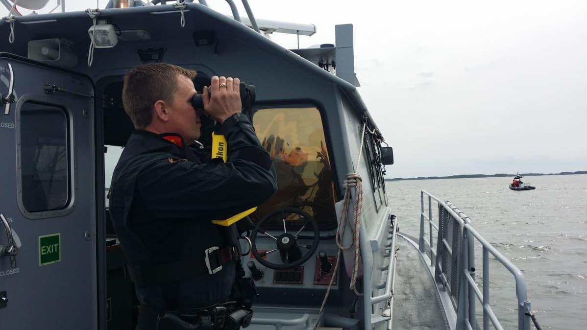 merivartija kiikaroi merelle