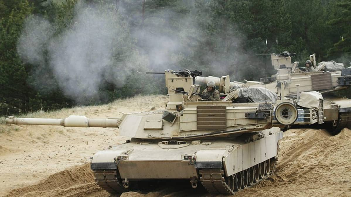 Useita panssarivaunuja.