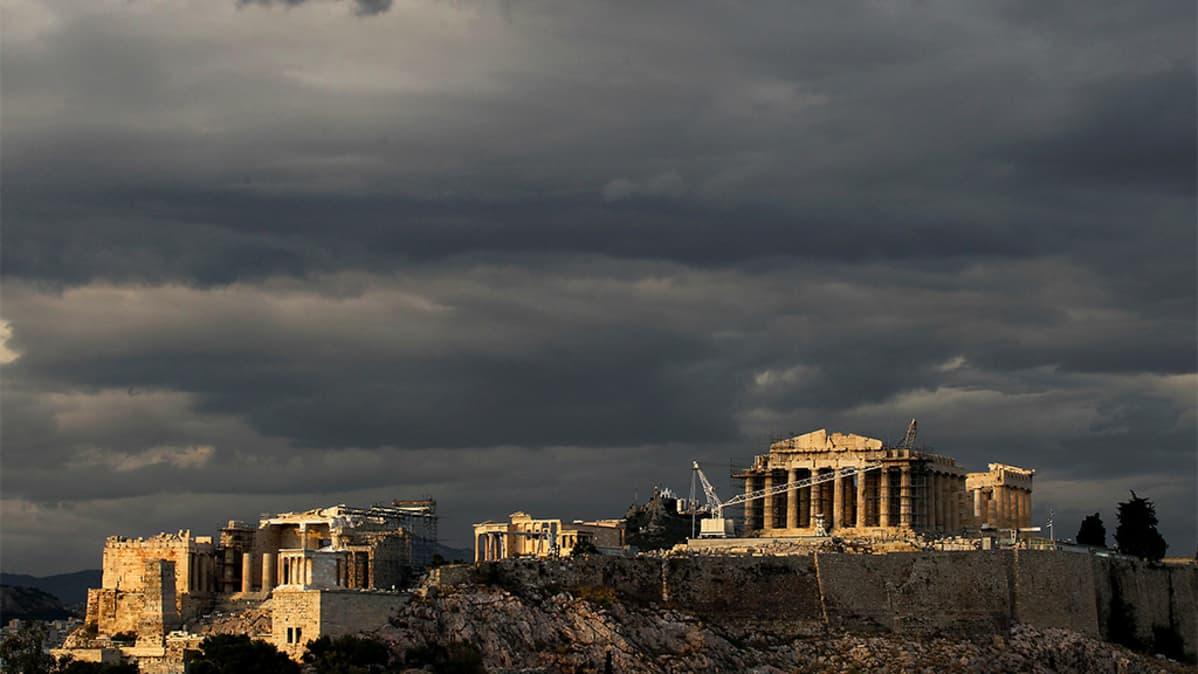 Tummia pilviä Ateenan Akropliksen yläpuolella.