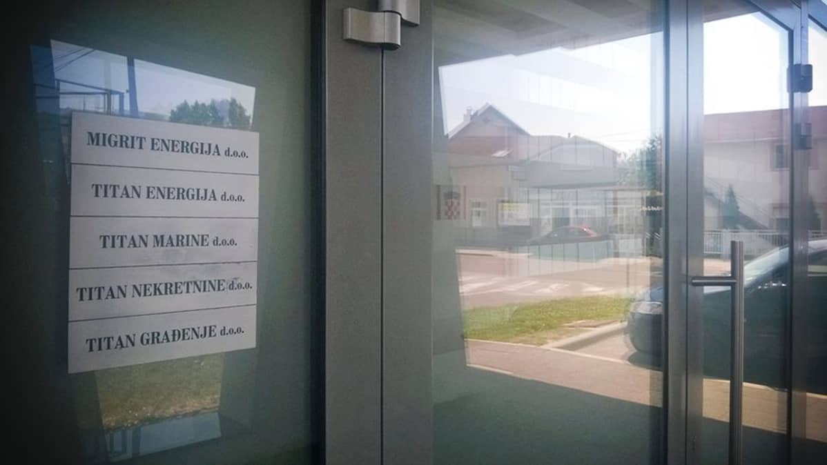 Migrit Energijan kyltti toimiston seinässä Kroatian Zagrebissa 3. heinäkuuta 2015.