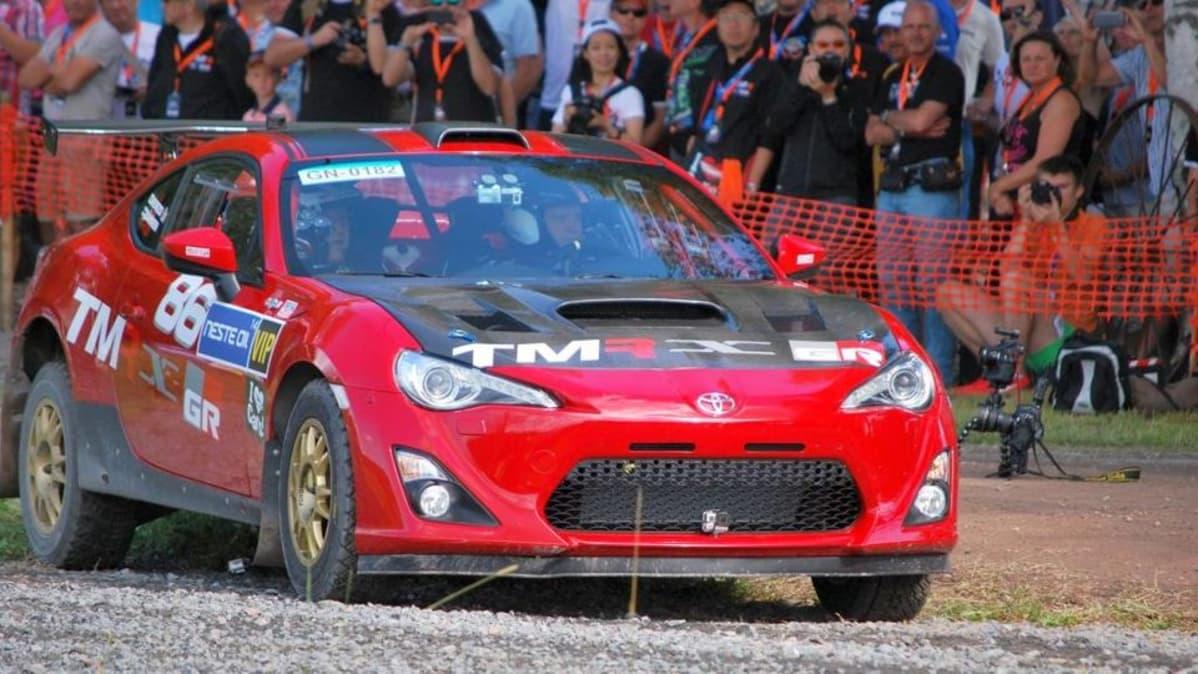 Tommi Mäkinen näyttää Toyotan pääjohtaja Akio Toyodalle kuinka rallia ajetaan.
